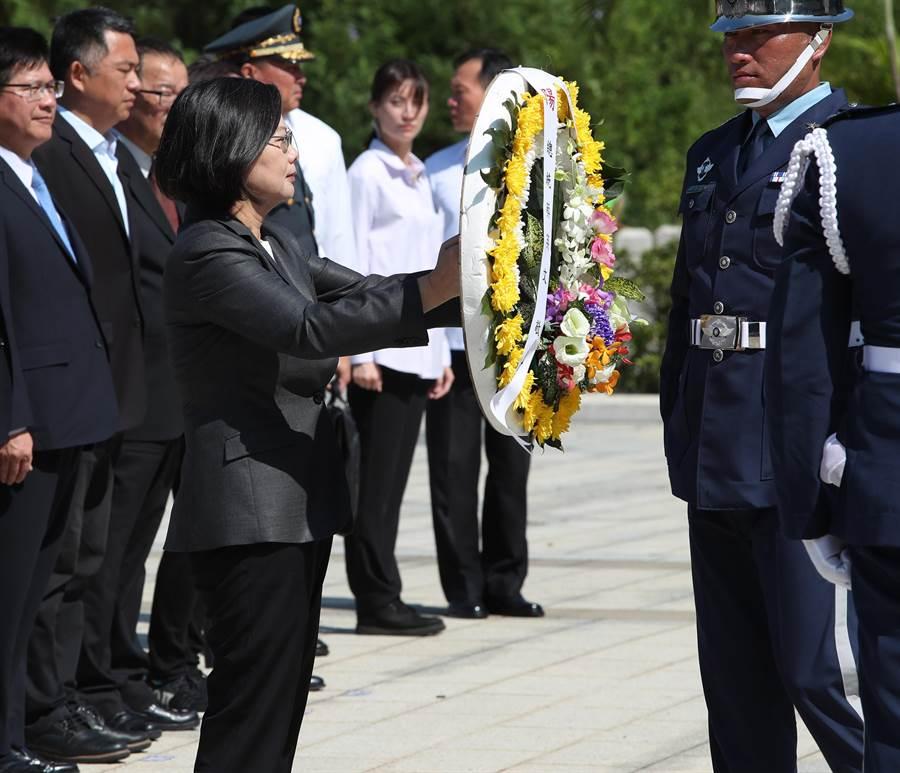 蔡英文總統23日出席金門八二三戰役61周年紀念活動,主持陣亡將士追思儀式,獻上鮮花表達敬意。(鄭任南攝)