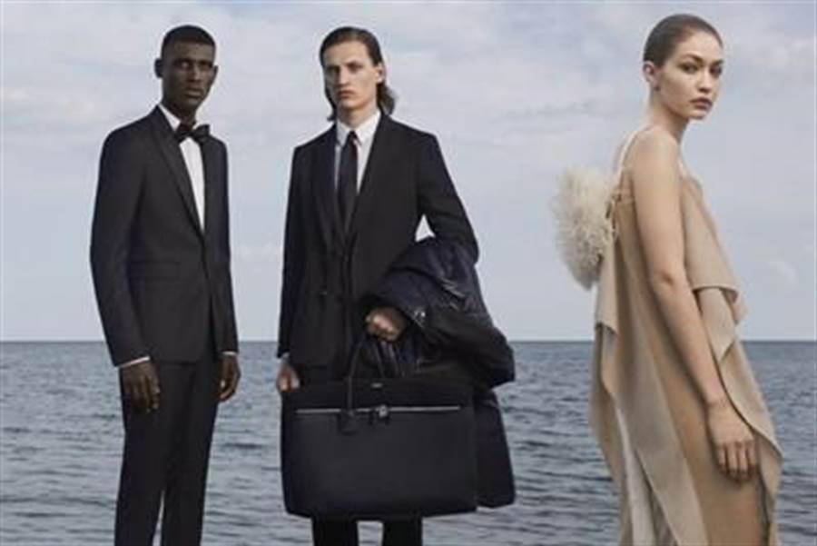 吉吉哈蒂德(右1)替Burberry拍攝2019秋冬服飾形象廣告。(翻攝自網路)