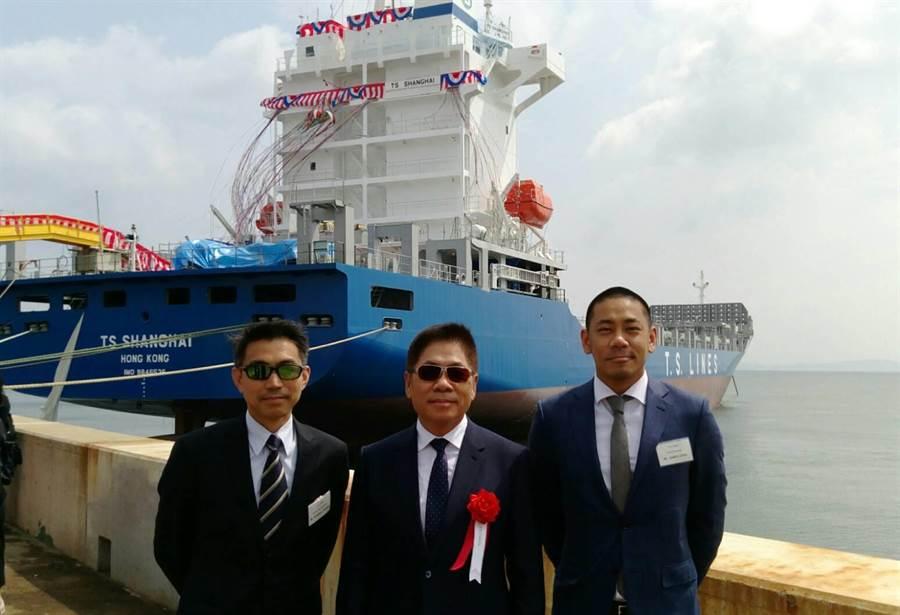 右起德翔副總經理陳紹翔、董事長陳德勝、資深副總經理黃仁傑在新船前合影。圖:德翔提供
