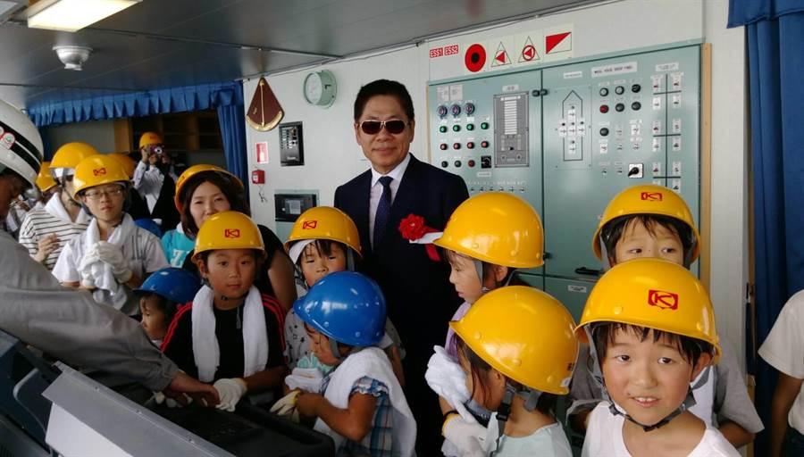 陳德勝與上船參觀的當地小學生合影。圖:德翔提供