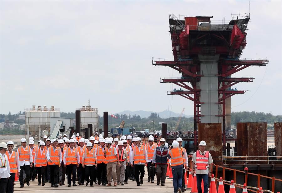 蔡英文總統(前中),巡視興建中的金門大橋,一行人走在興建工程下方的便橋,後上方是興建中金門大橋的主體。(鄭任南攝)