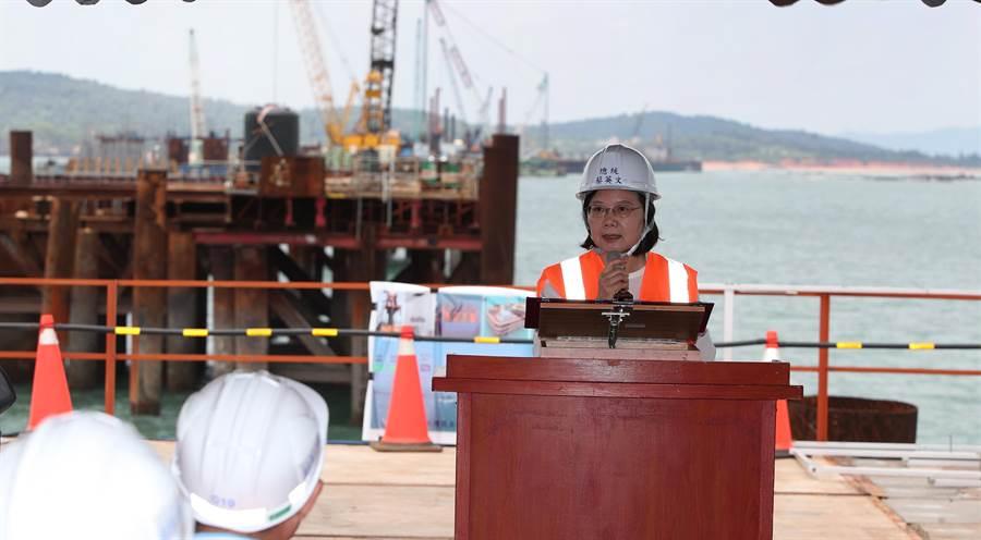 蔡英文總統以興建中的金門大橋工程及廈門當背景致詞,感謝工程同仁的辛勞,也寄望金門大橋在2021年完工。(鄭任南攝)