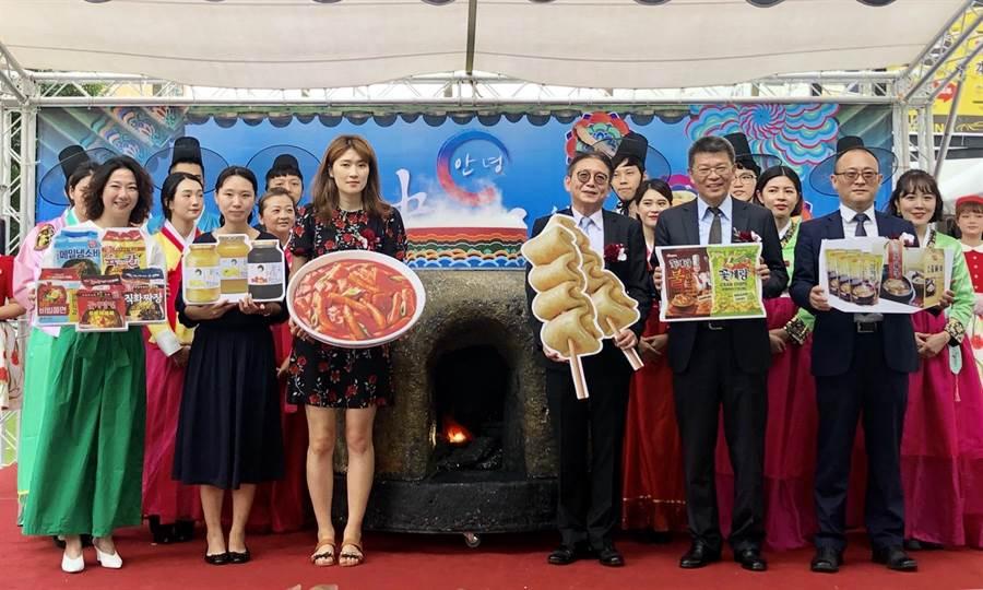 遠東百貨超市餐飲部協理陳佑任(前排右3)昨攜手at香港支社李娜來次長等貴賓共同開鍋揭幕。(遠百提供)
