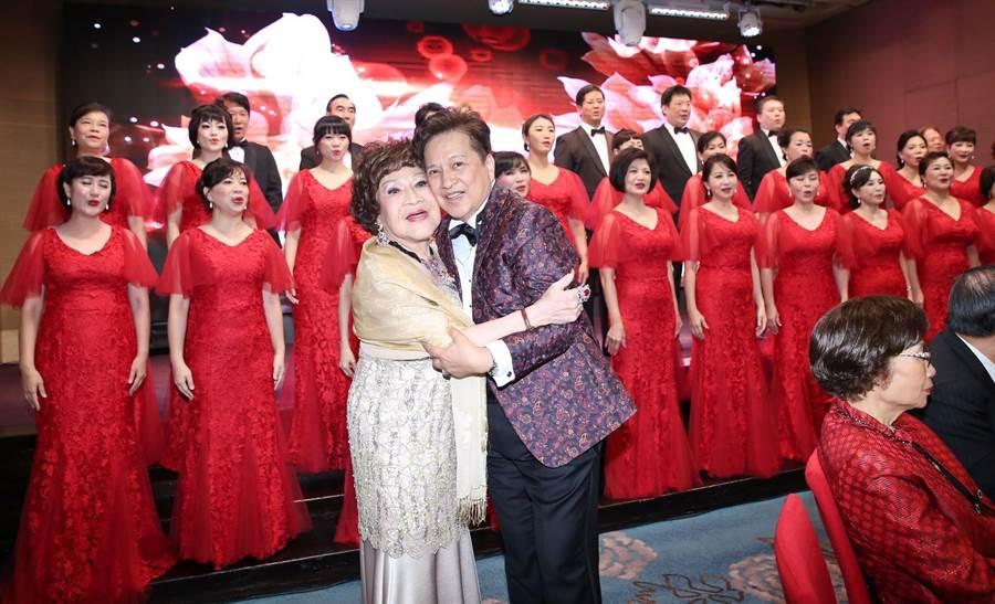 周遊82歲壽宴,李朝永獻吻。(陳俊吉攝)