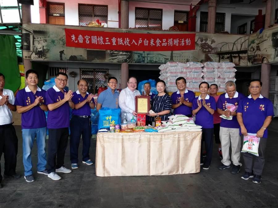 三重區先嗇宮今日上午於先嗇宮廣場前舉辦捐贈儀式,由董事長李乾龍主持,將總價值高達67萬元295份食品及共1萬2750斤白米。(戴上容翻攝)