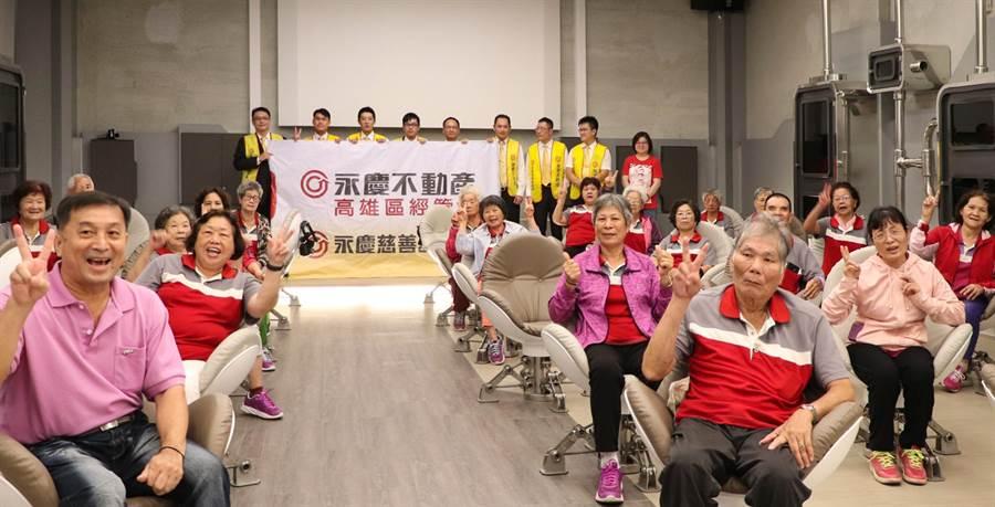 永慶慈善基金會攜手高雄市電影館,推出「樂齡VR電影院」,現場邀請多位阿公、阿嬤看VR電影,體驗新科技。