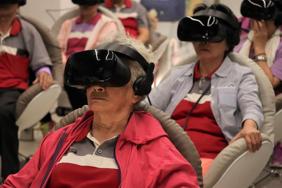 VR電影360度的觀景視角,讓現場銀髮觀眾驚呼連連。