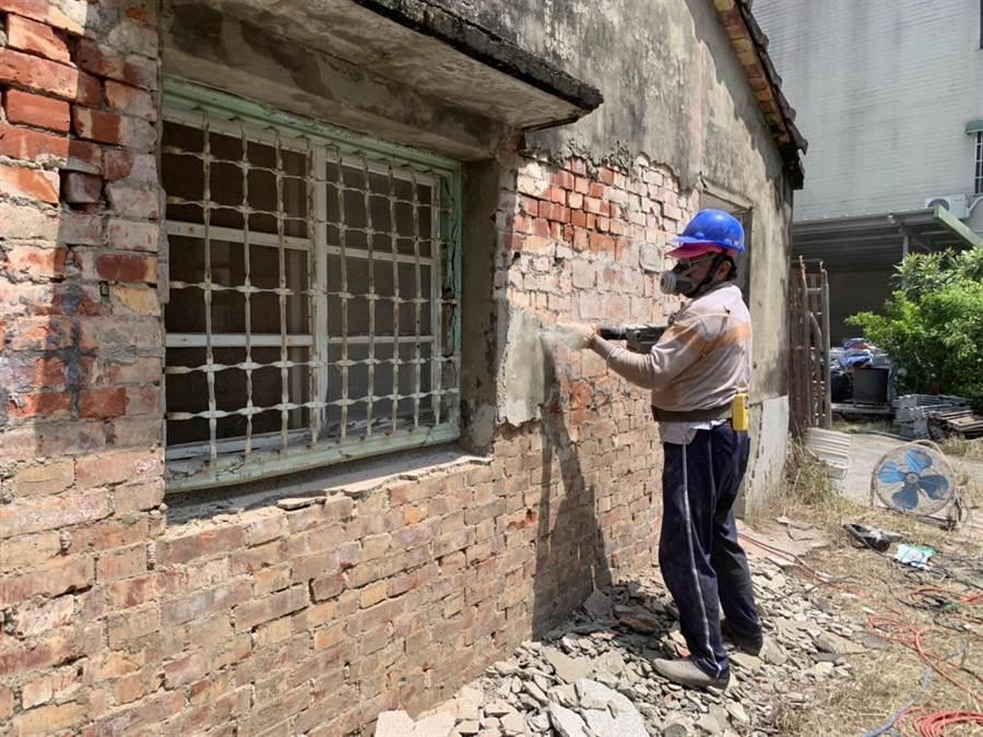 台南市水泥工會志工23日幫癱瘓阿嬤的住家進行第一波修繕工作。(台南市勞工局提供)