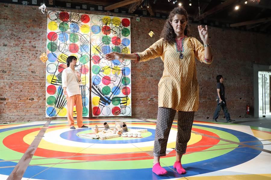 紐約COPE NYC藝術家駐村蕭壠聯展,義大利藝術家米凱拉‧馬泰羅(Michela Martello)(前)及日本藝術家親谷茂(後)邀民眾在作品上漫舞。(劉秀芬攝)