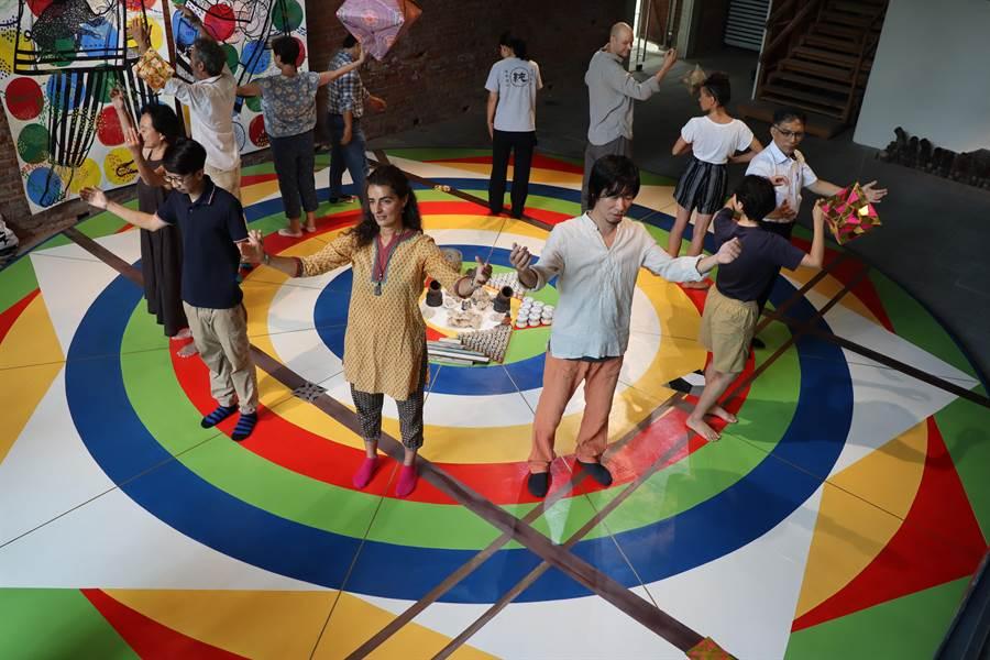紐約COPE NYC藝術家駐村蕭壠聯展,義大利藝術家米凱拉‧馬泰羅(Michela Martello)及日本藝術家親谷茂邀民眾在作品上漫舞。(劉秀芬攝)