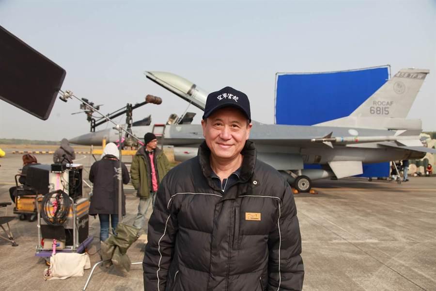 電影「想飛」改編自空軍中校李政亮的故事,李崗身兼導演和監製一圓從小的空軍夢。(李崗提供)