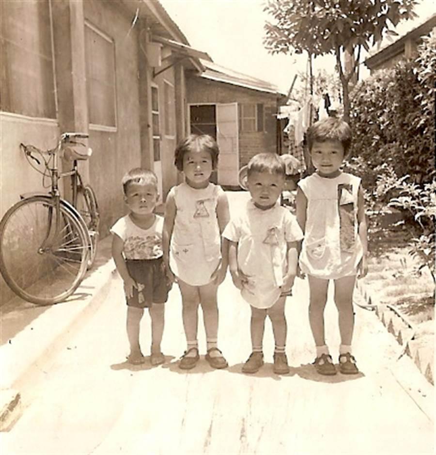 雷倩3-4 歲, 在力行新村巷子。(雷倩提供)