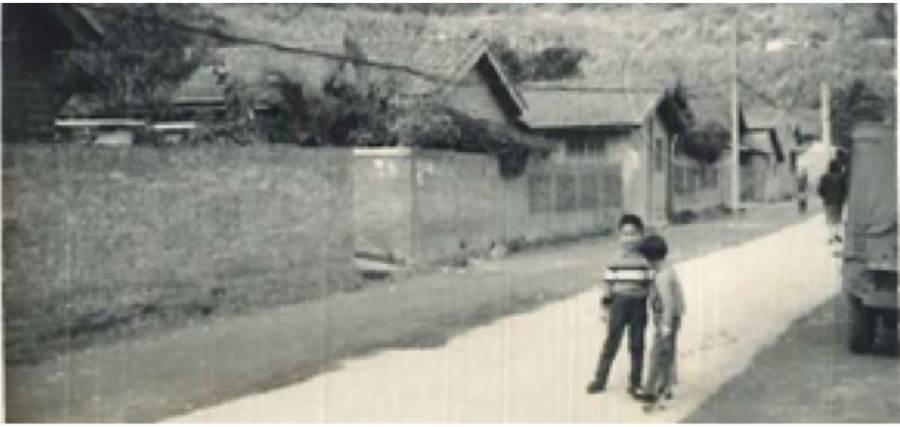 模糊的照片有著清楚的記憶,雷倩6-7 歲, 在力行新村大馬路。(雷倩提供)