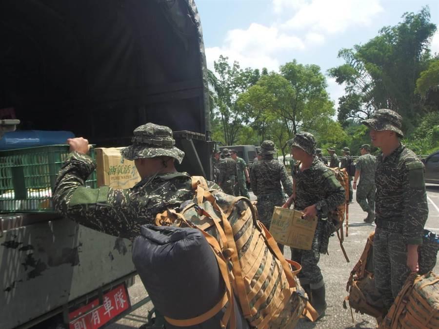 第四作戰區派遣特勤中隊25員,分別至高雄市桃源、那瑪夏區完成兵力預置。(林雅惠翻攝)