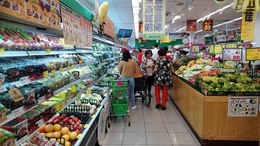 楓康超市今日祭出促銷案,吸引大批消費者搶便宜。(圖/曾麗芳)