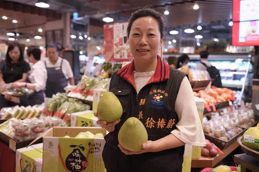 花蓮農特產在台北百貨公司特賣,縣長徐榛蔚特別到場教消費者選購文旦柚的「訣竅」。(縣府提供)