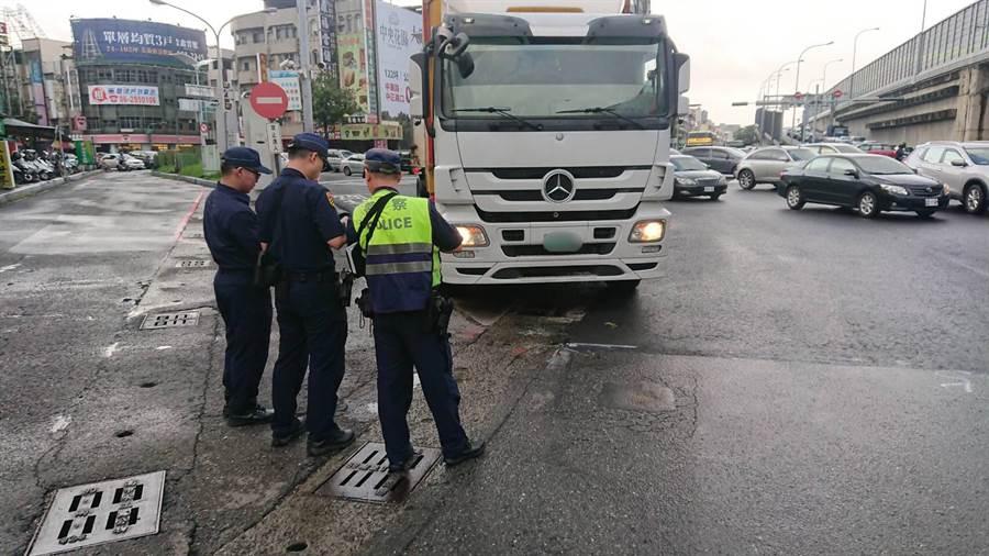 三民二分局進行交通大執法,保障用路人安全。(柯宗緯翻攝)