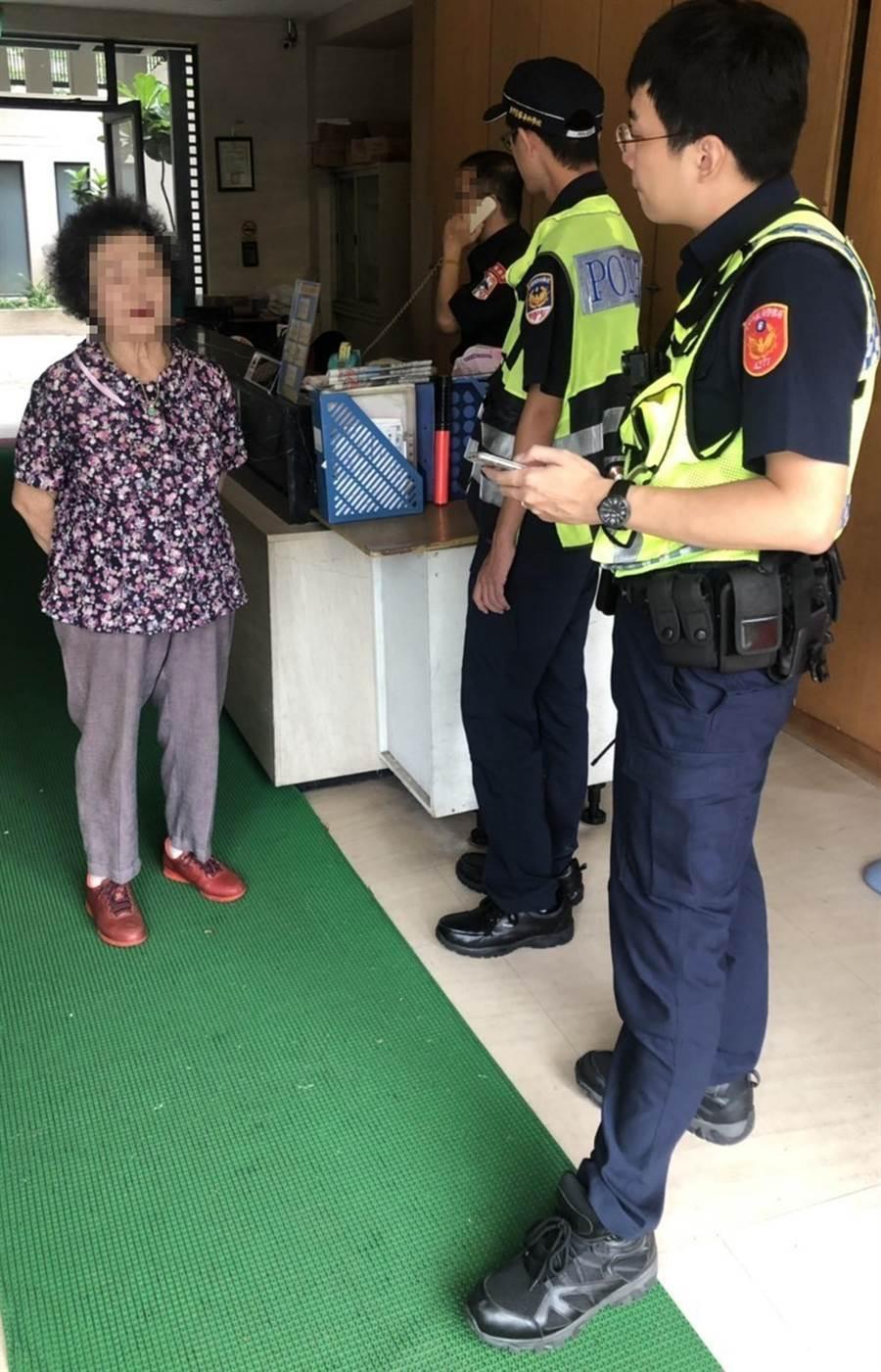 陳姓婦人借住女兒家,外出洗頭後,卻忘了怎麼走回去,員警帶著她挨家挨戶詢問。(黃國峰翻攝)