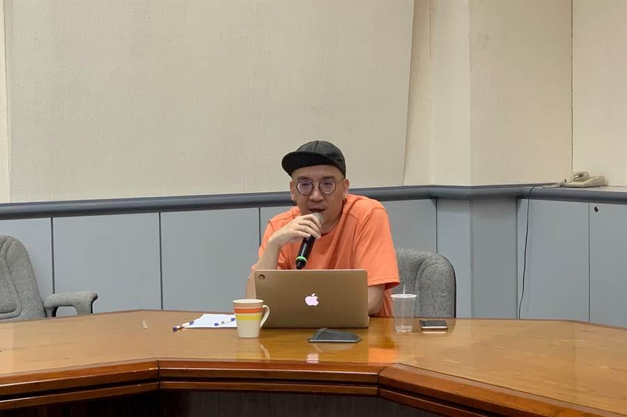 評審作家H對台灣在地學生融合歷史淵源創作表示到兩岸參賽會有高度優勢。(林品君攝)