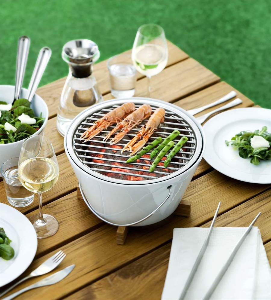 Eva Solo桌上型烤肉瓷爐情境圖,即日起至9月13日選購 Eva Solo烤肉爐享84折優惠。( 北歐櫥窗提供)