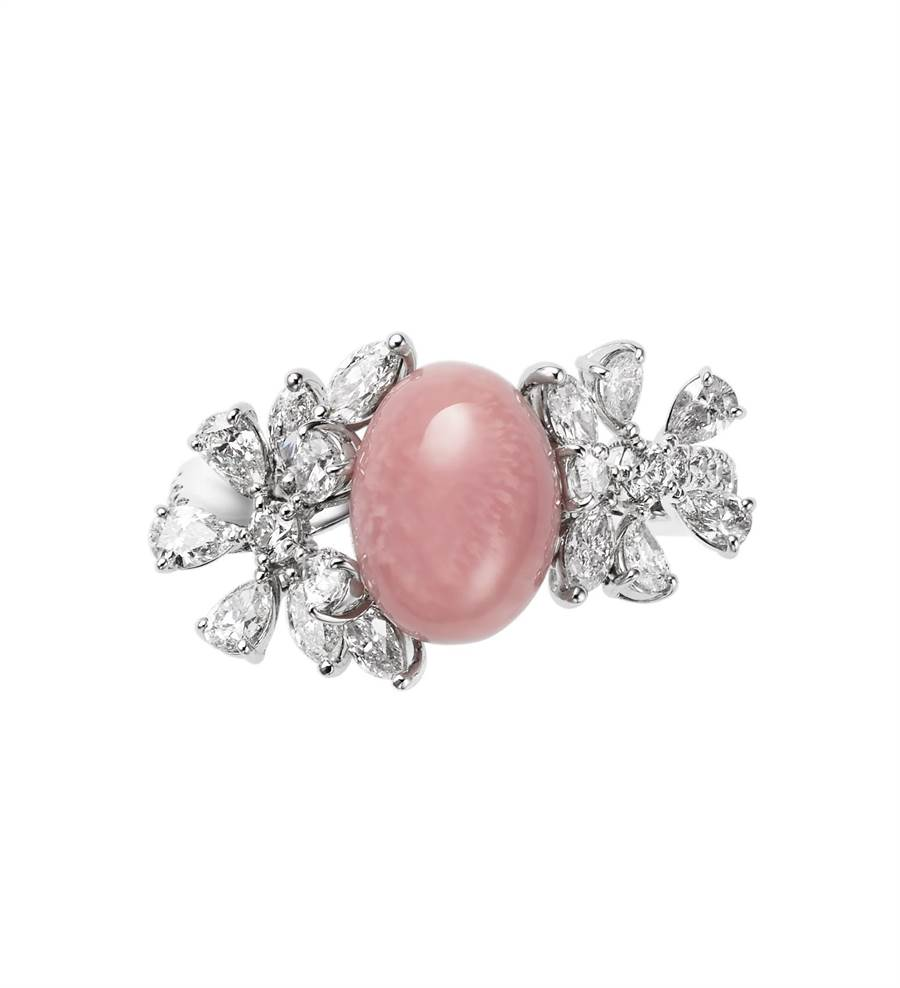 MIKIMOTO Natural Pearl頂級珠寶系列,Queen Conch孔克珍珠鑽戒,約211萬元。(MIKIMOTO提供)