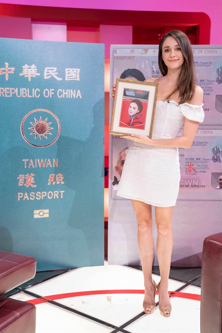 瑞莎上《TVBS看板人物》接受方念華專訪,分享成為台灣人的心情。(TVBS)