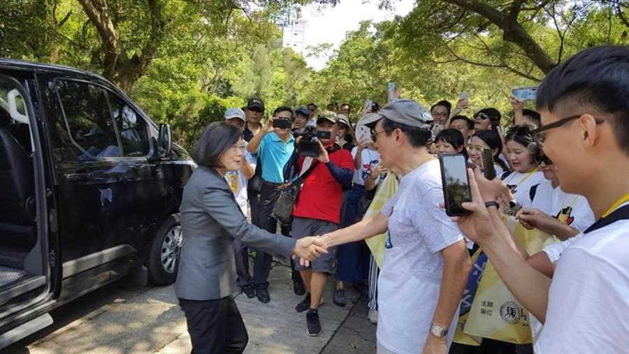 蔡英文總統在金門巧遇馬英九,她下車主動和馬打招呼,兩人握手長達3秒。(翻攝馬英九臉書)