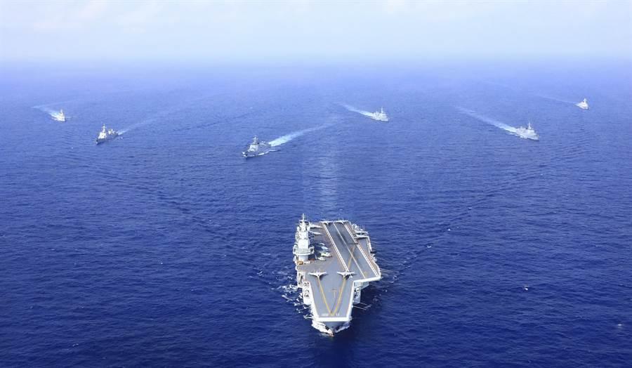 中共海軍遼寧艦航母編隊已多次執行遠海任務,新的國產航母山東艦也可望近期開始入役。(圖/中新社)