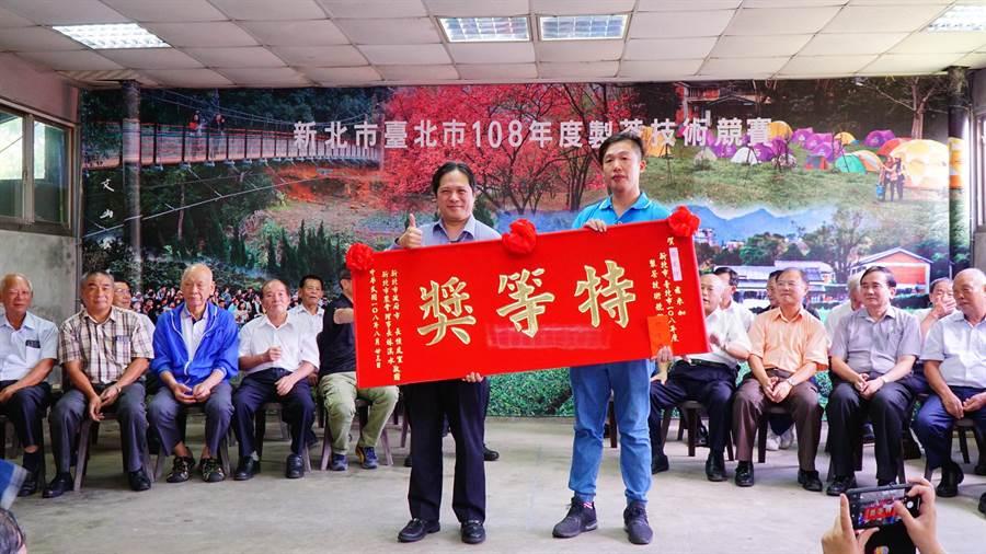 台北市、新北市2019年製茶技術競賽23日登場,來自新北市石碇區的選手張宏圩奪得冠軍。(實習記者林柏任翻攝)