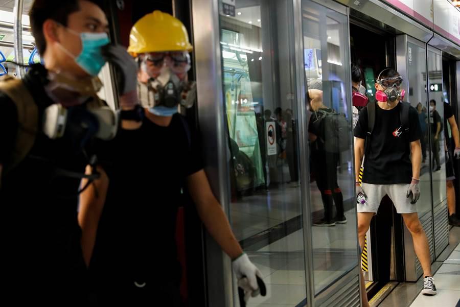為防止示威者再度阻礙港鐵運行,港鐵公司今天緊急向法院申請禁制令,禁止任何人干擾鐵路運作。圖為21日示威者以身體阻擋車門關閉使地鐵無法運作。(圖/路透)