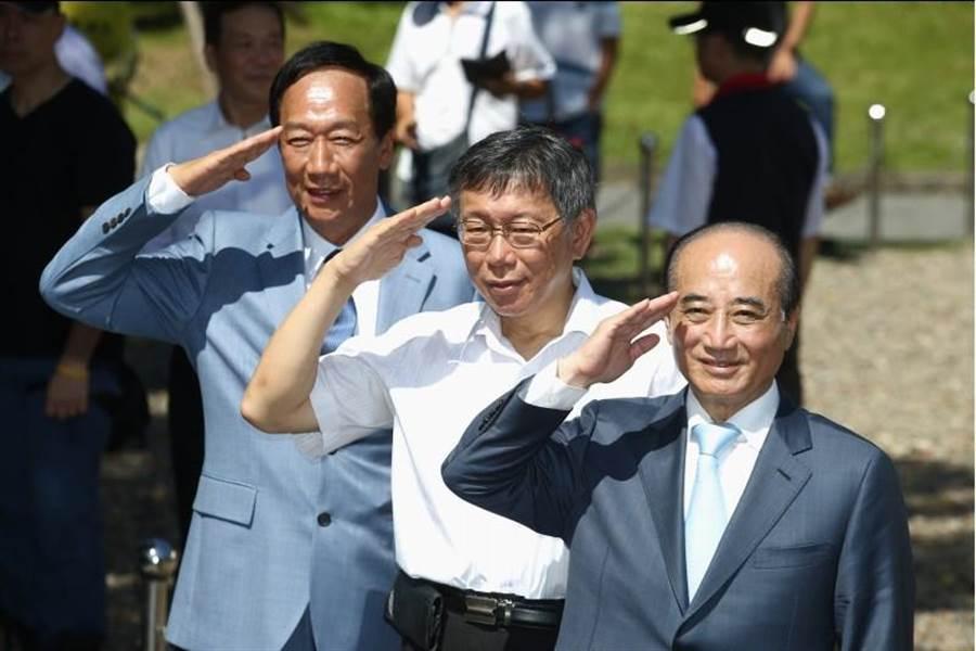 前立法院長王金平(右起)、台北市長柯文哲、鴻海創辦人郭台銘23日一同出席北市府舉辦的823砲戰紀念活動。(杜宜諳攝)