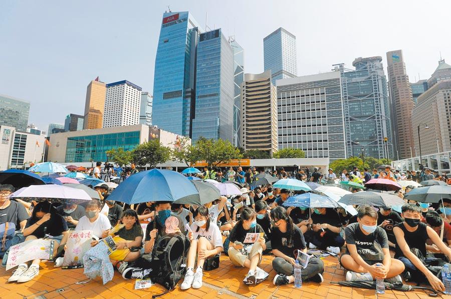 香港中學生22日於愛丁堡廣場再撐傘集會,呼籲支持學界在9月罷課。(路透)