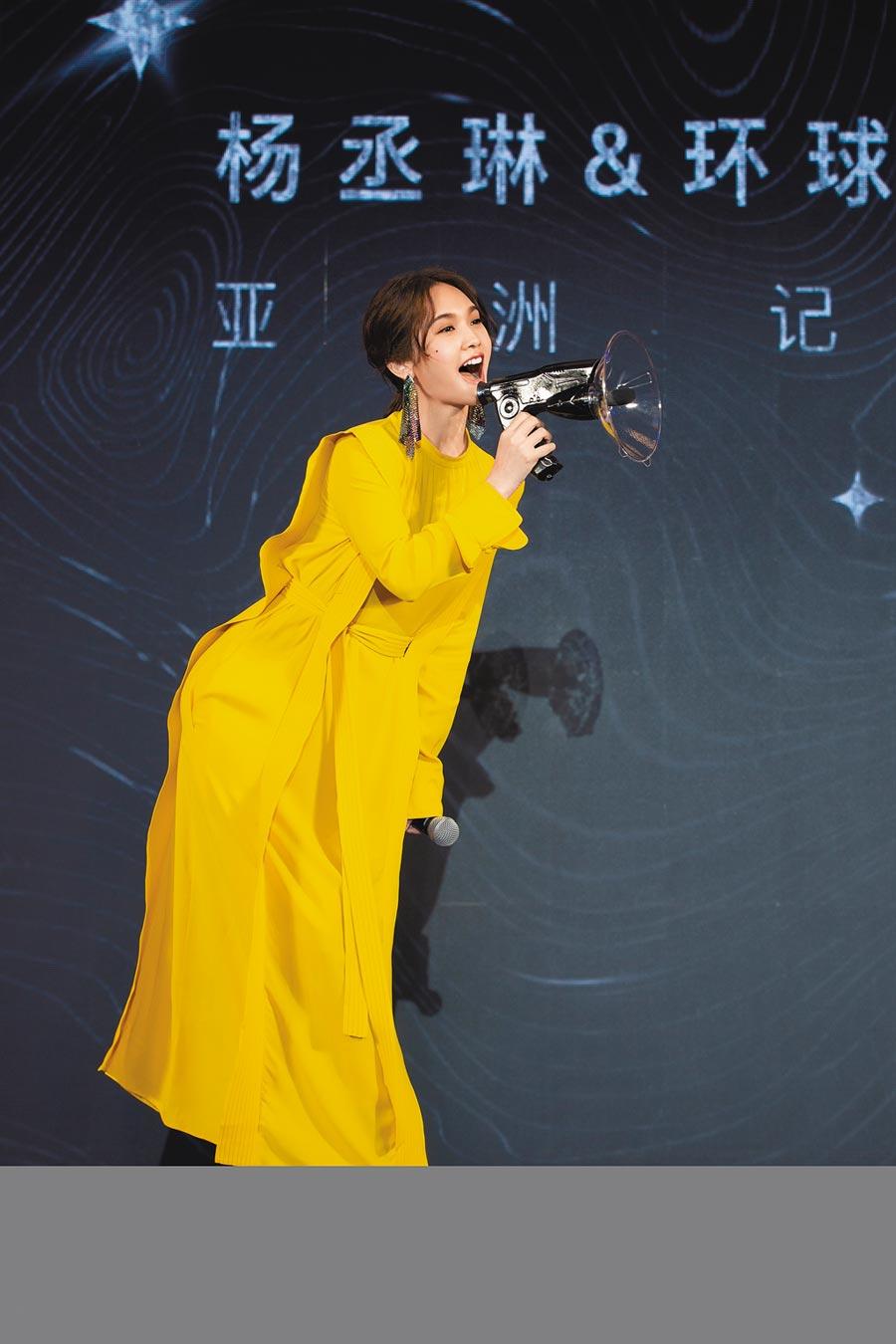 楊丞琳昨收唱片公司贈送的聲音收集器。