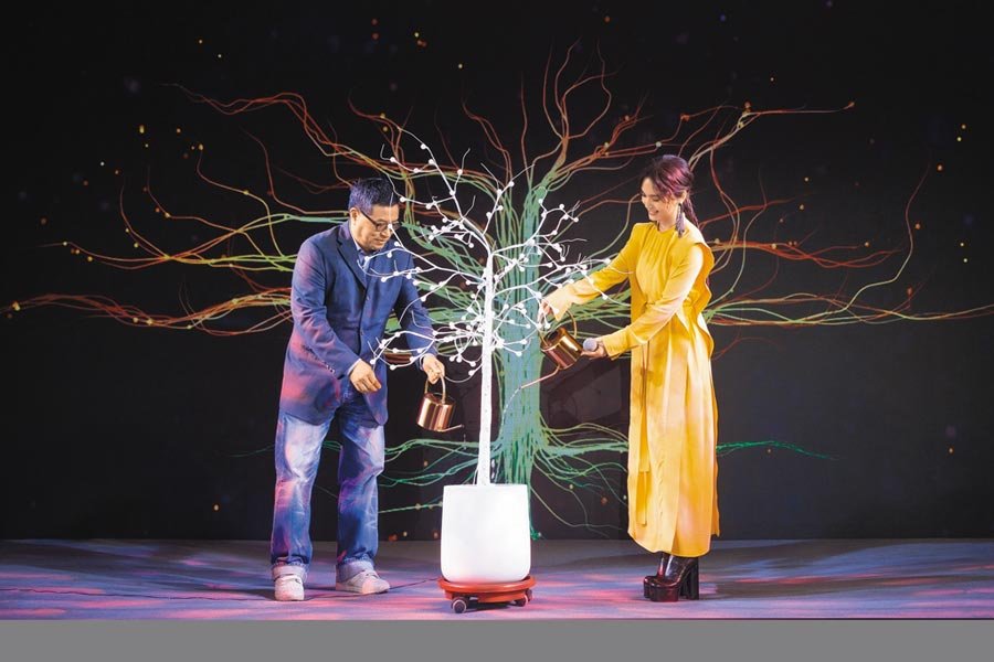 楊丞琳(右)昨與環球音樂大中華區總裁暨執行長張松輝合照。