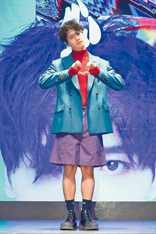 蔡旻佑推出新專輯《變心記》,在台上比出心碎手勢。