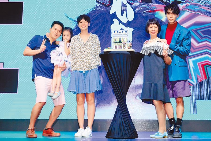 蔡旻佑(右起)昨舉辦發片記者會,媽媽、妹妹、姪女、哥哥等親人力挺。