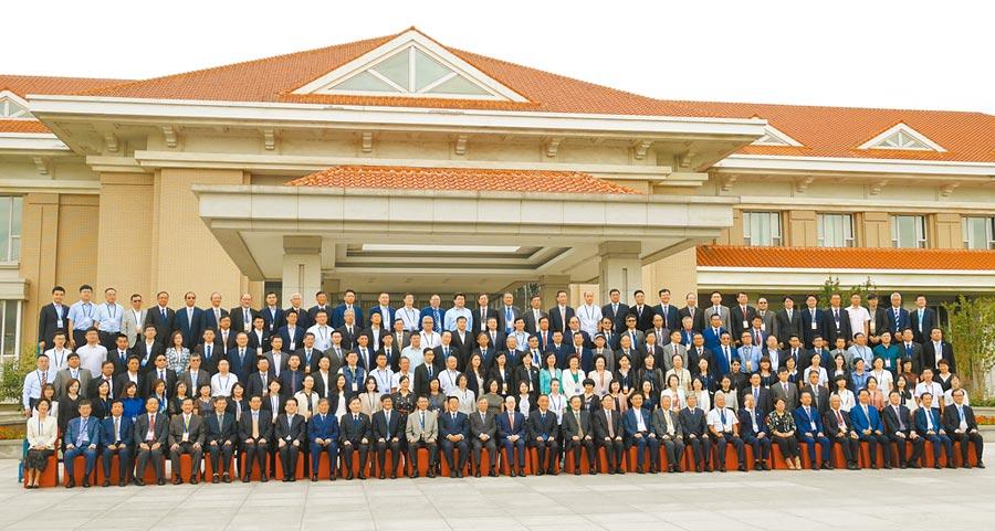 第八屆兩岸和平發展法學論壇22日在天津舉行,兩岸200多位法學界專家學者與會。(記者陳君碩攝)