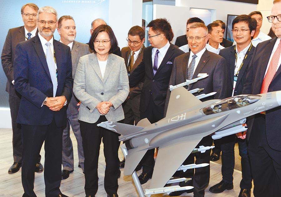 台北國際航太暨國防工業展15日展開,蔡英文總統(左2)參觀F-16V戰機模型。(本報系資料照片)