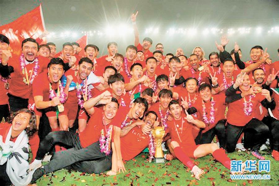 2018賽季中超聯賽,上海上港隊在頒獎儀式上慶祝奪冠。(取自新華網)