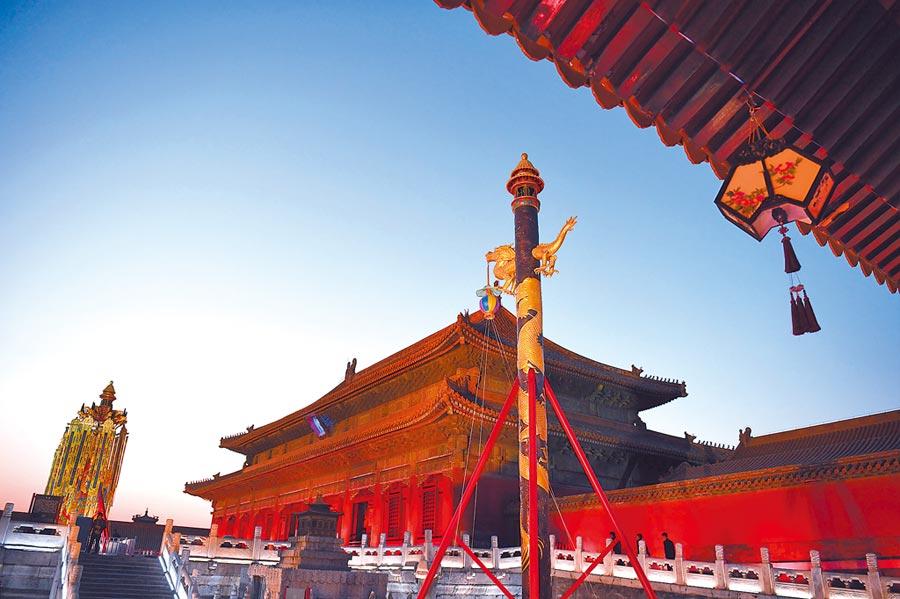 4月2日,北京故宮博物院舉行萬壽燈、天燈公益拍賣。圖為乾清宮正殿前的天燈(中)、萬壽燈(左)。(新華社)
