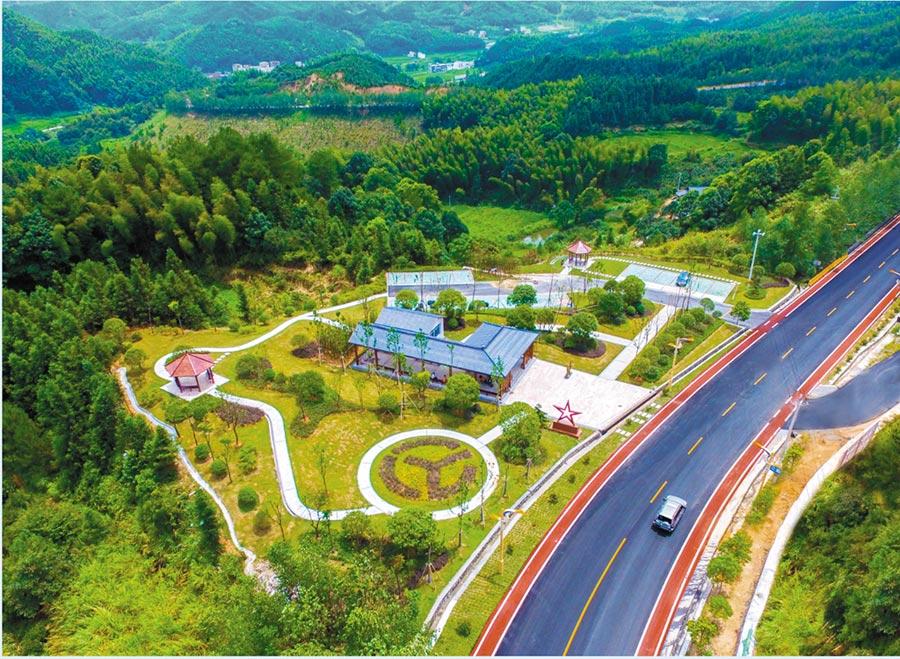 江西蘆萬武彩色旅遊公路。