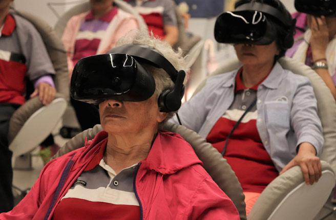 樂齡VR電影院 讓長者讚不絕口