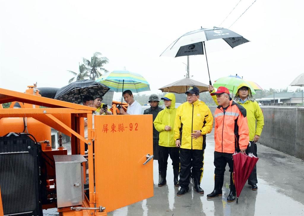 屏東縣長潘孟安一早至南州鄉視察易淹水地區,作好防災準備,盼將災害降至最低。(林和生攝)