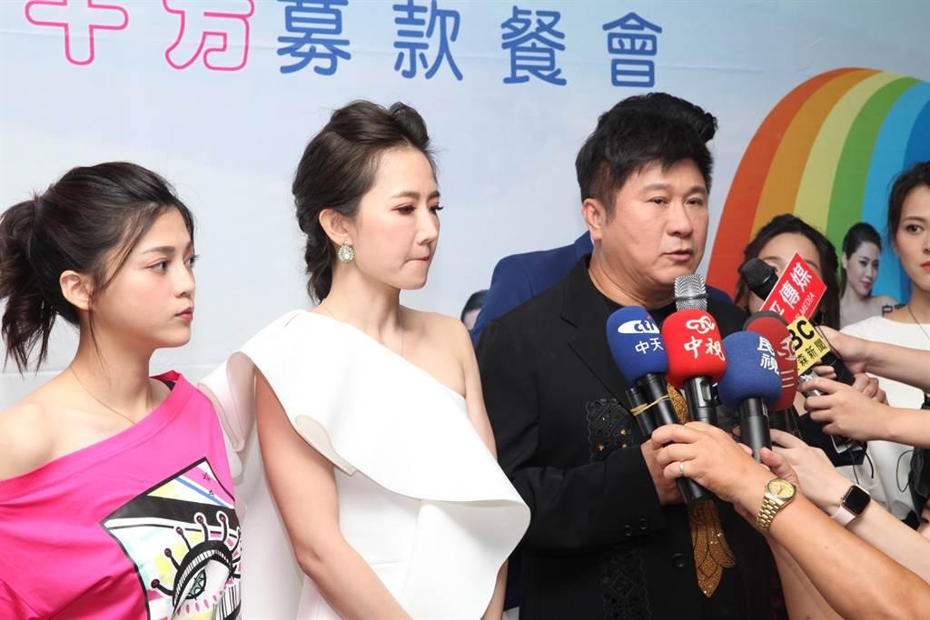 藝人謝忻(中)24日到台中參加十方啟能中心募款餐會,在晚會前和胡瓜等人一起接受媒體訪問。(馮惠宜攝)