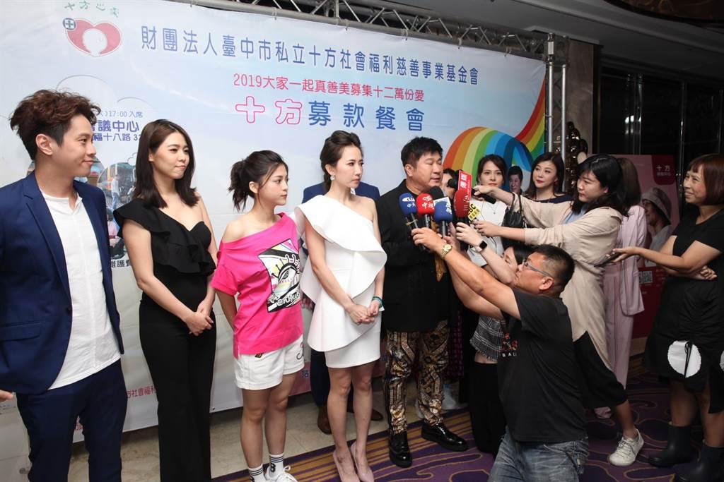 藝人謝忻(左四)24日到台中參加十方啟能中心募款餐會,在晚會前和胡瓜等人一起接受媒體訪問。(馮惠宜攝)