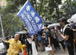 香港觀塘遊行示威者築路障 與防暴警對峙
