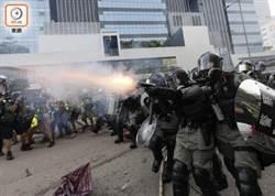 示威者疑丟汽油彈 速龍小組射催淚彈、胡椒彈驅散