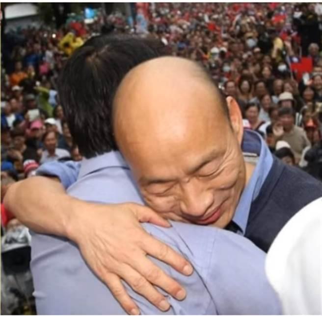 陳揮文秀出這張相擁抱,讓許多挺韓支持者非常感動。(圖片翻拍自陳揮文Youtube網站)