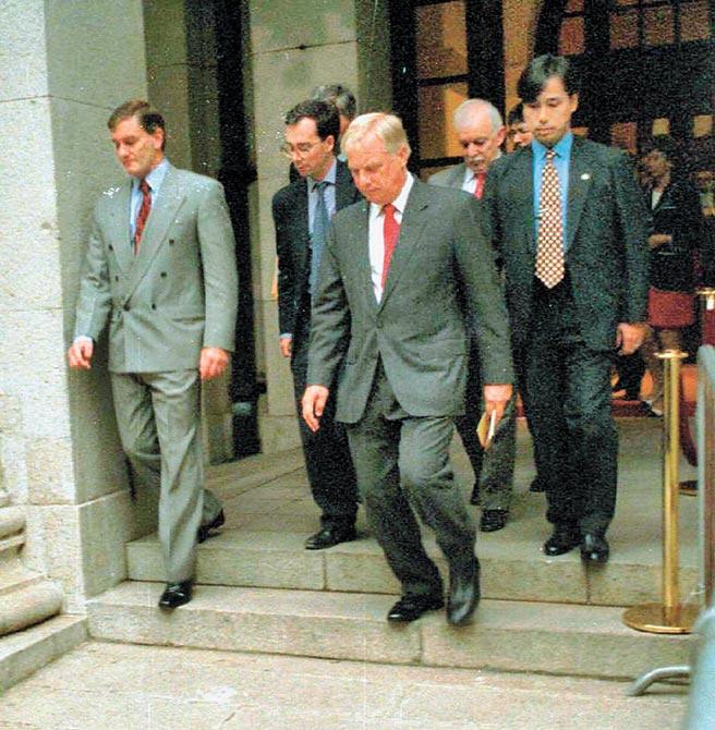 1996年末代港督彭定康(前右)在立法局發表最後一次施政報告後,心情凝重的離開會場。(本報系資料照片)