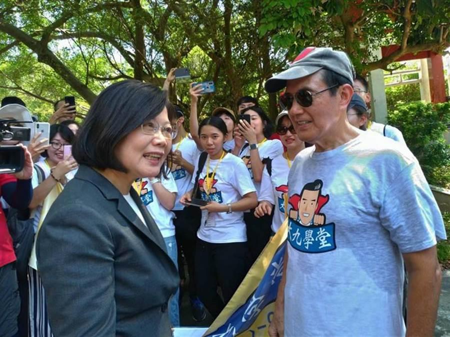 前總統馬英九(前右)帶領「大九學堂」學員參觀金門重要景點時,巧遇蔡英文總統(前左),兩人寒暄。(摘自馬英九臉書)